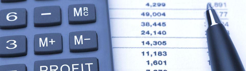 Boekhouder bezig met de belastingaangifte